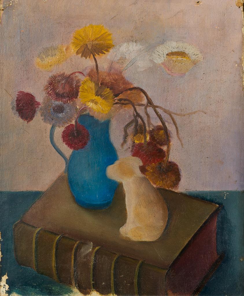 Stilleven met boek, hondje en blauwe vaas met droogbloemen