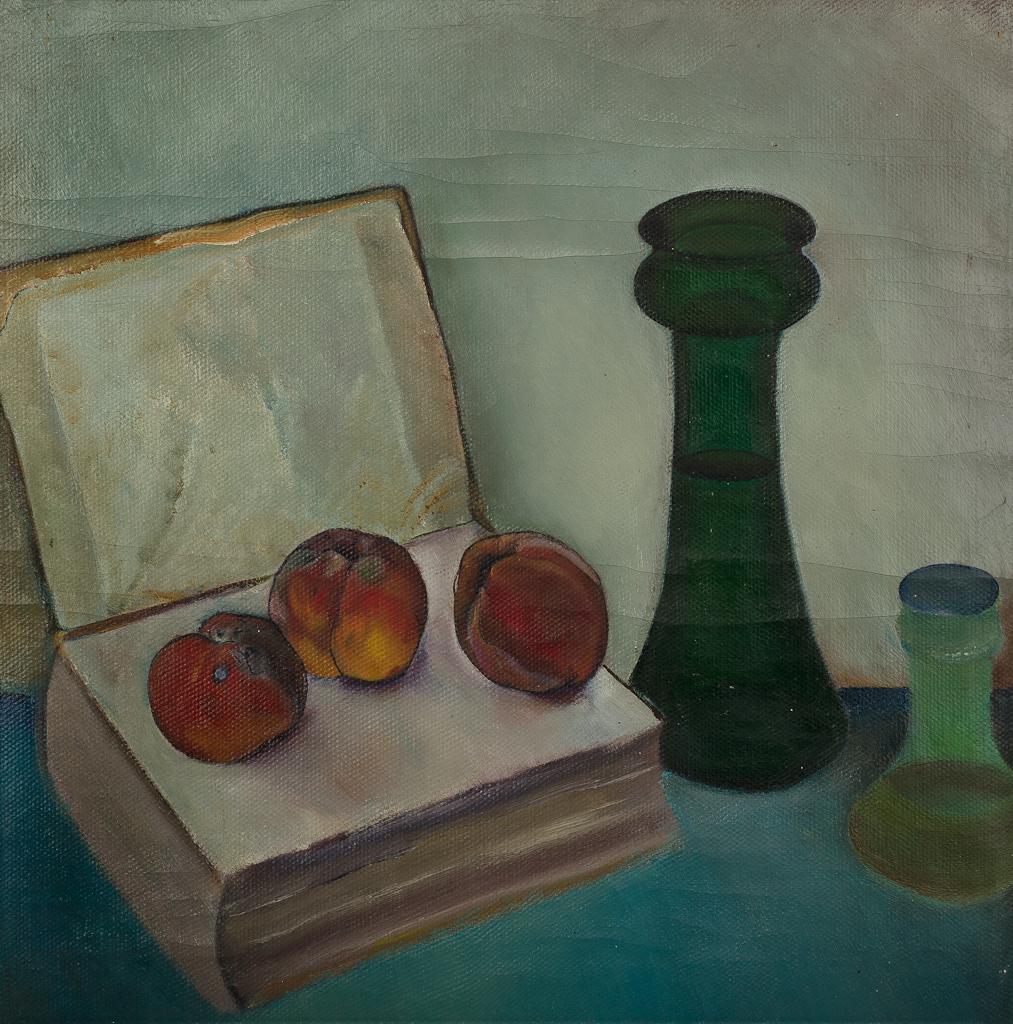 Stilleven met open boek, drie beschimmelde perziken en twee glazen vazen