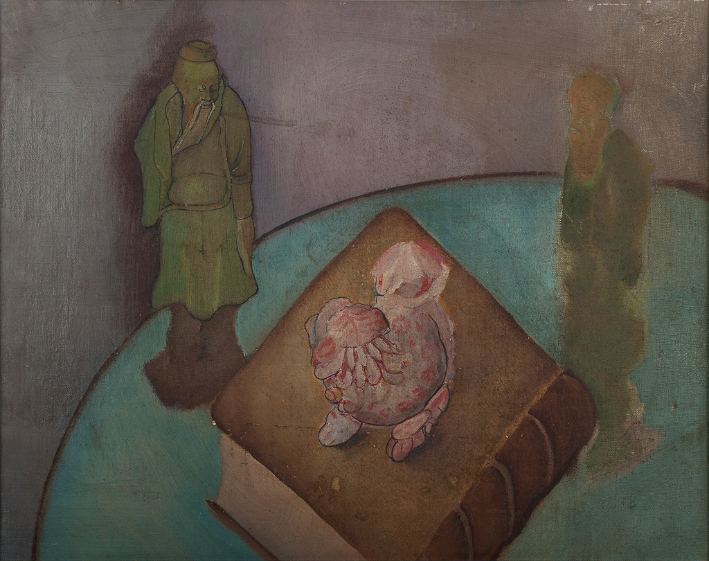 Stilleven met boek, roze dierfiguur en twee beeldjes