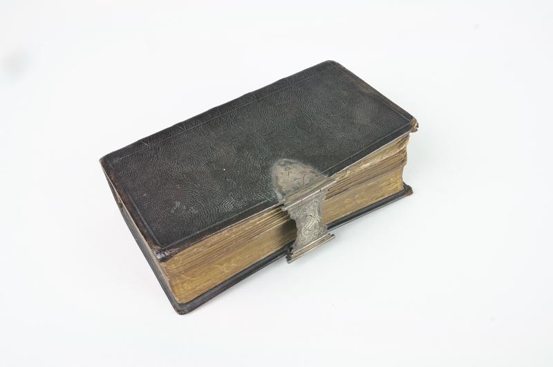 Bijbel met zilveren slot