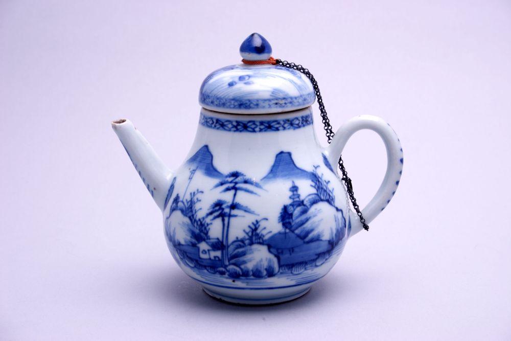 Trekpot van Chinees porselein met decoratie van landschappen