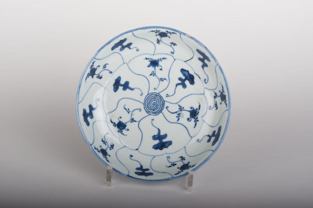 Bord van Chinees porselein met paddestoel- en bloemdecoratie
