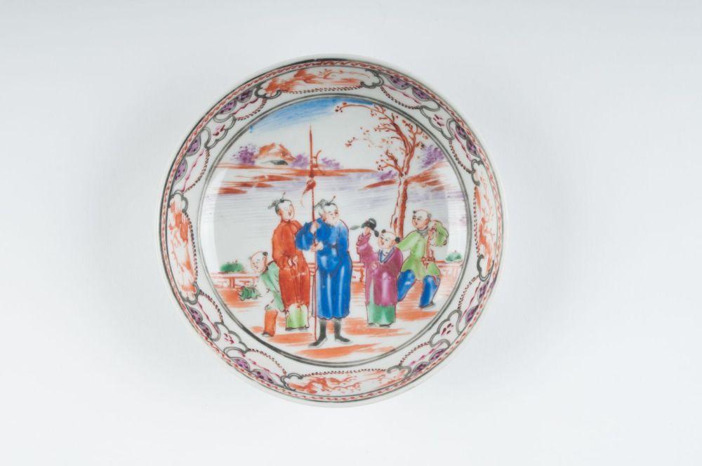 Chinese schotel gedecoreerd met mannen in een landschap