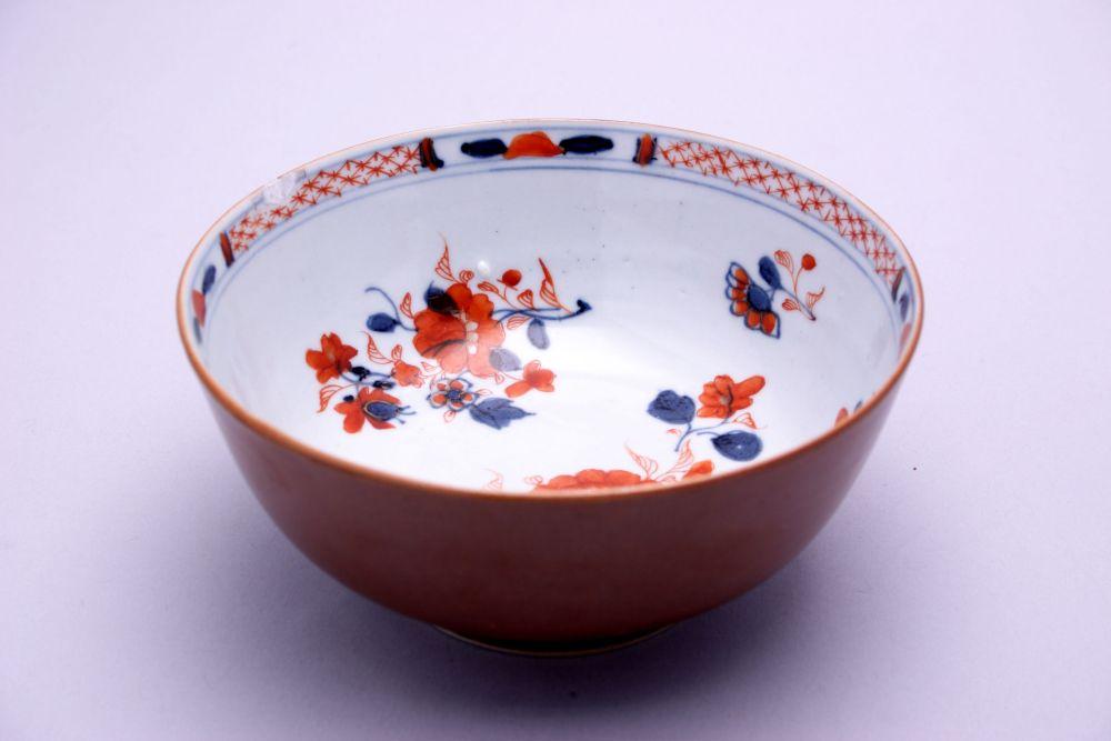 Kom van Chinees imari met bloemdecor