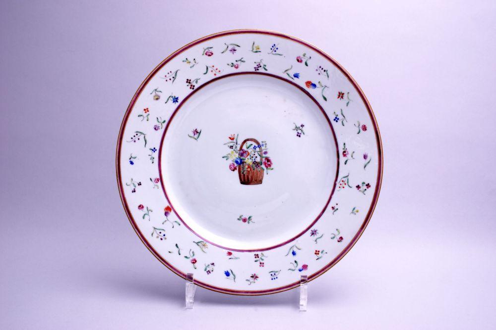 Chinees bord gedecoreerd met een bloemenkorf
