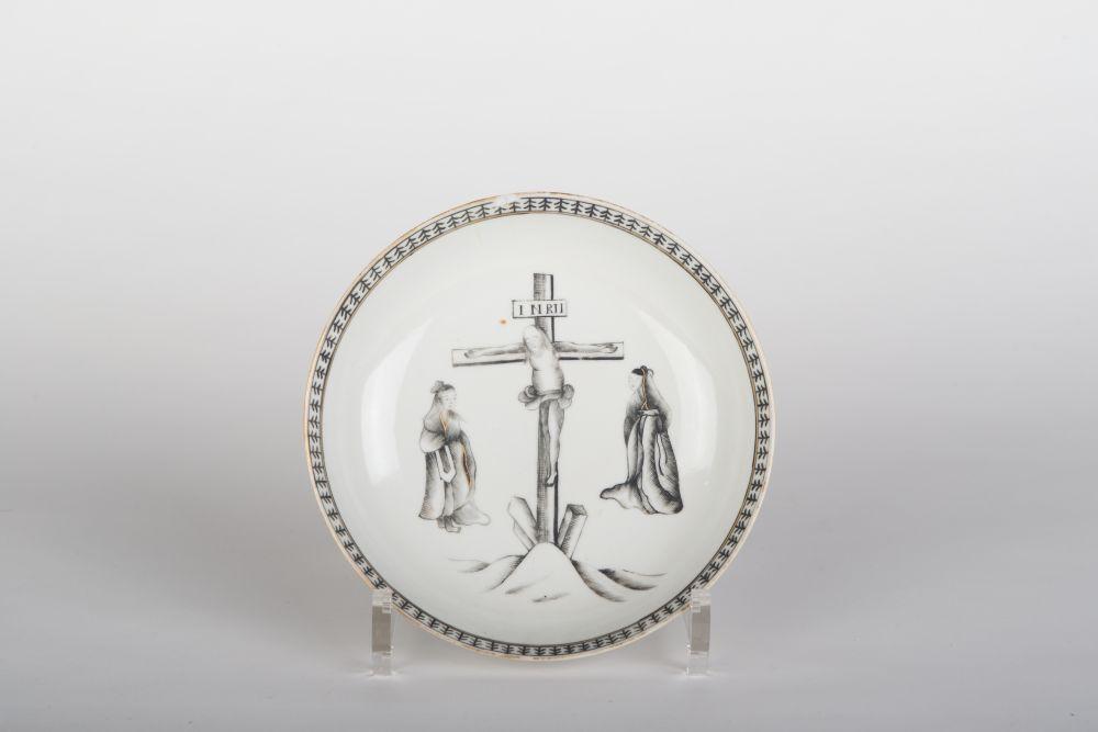 Chinese schotel gedecoreerd met een voorstelling van de kruisiging