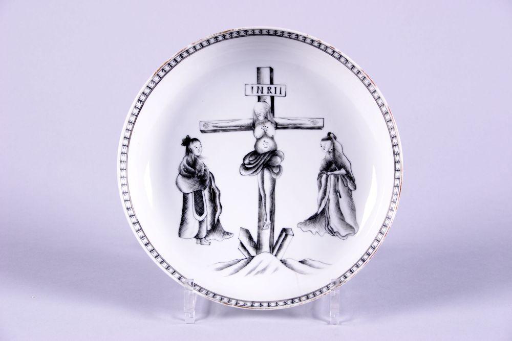 Chinese bord gedecoreerd met een voorstelling van de kruisiging