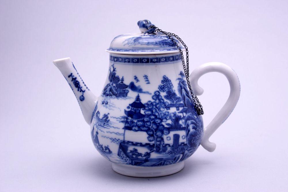 Trekpot van Chinees porselein met decoratie van diverse figuren