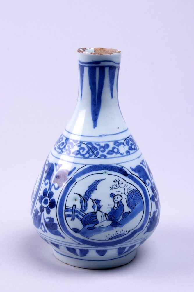 Delftse fles gedecoreerd met medaillons en bloemslingers