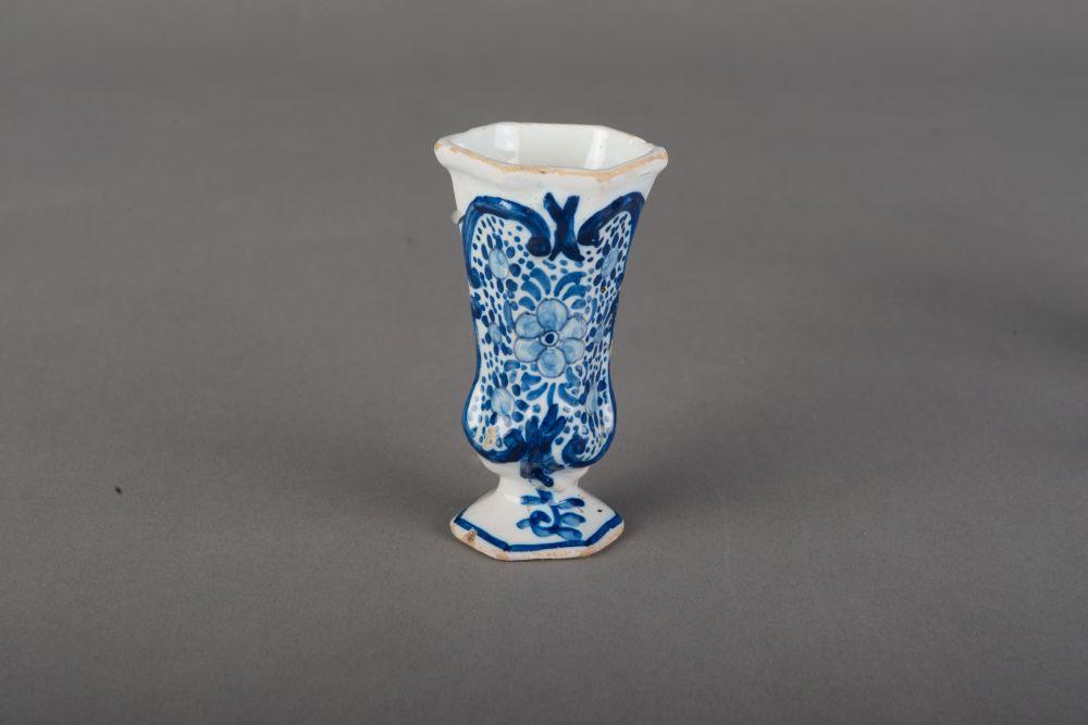 Delftse miniatuur stelbeker met florale decoratie