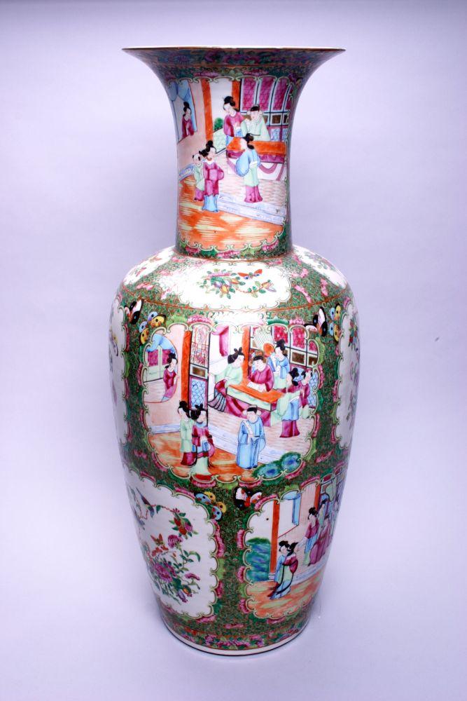 Chinese vaas gedecoreerd met bloemen, vogels en insecten