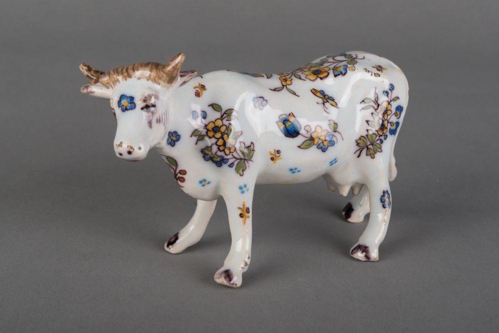 Frans beeldje van een staande koe