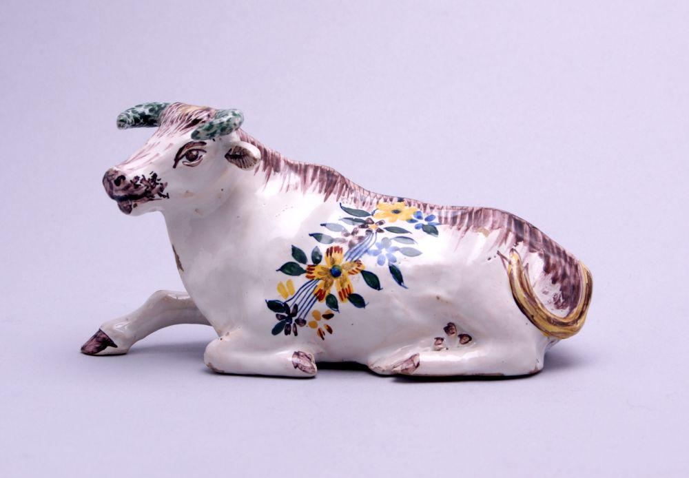 Frans beeldje van een liggende koe