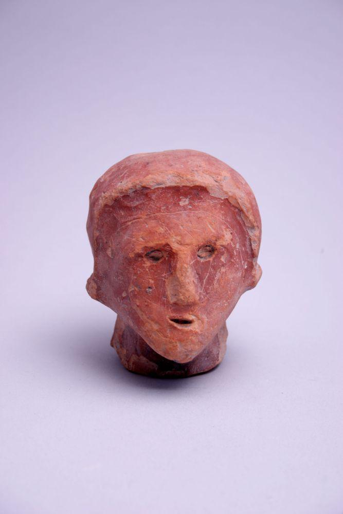 Friese sculptuur van een vrouw