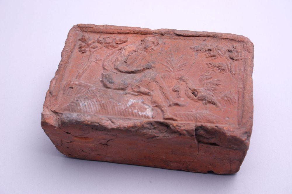 Terracotta haardtegel uit Antwerpen met reliëfdecoratie