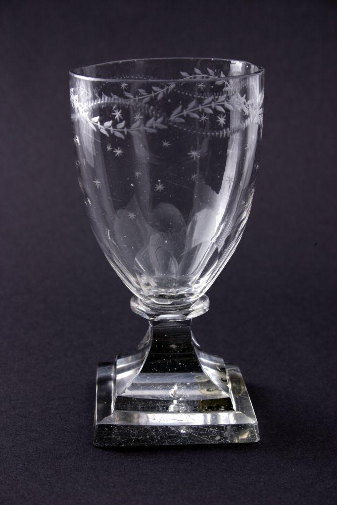 Wijnglas met gegraveerde versiering van blaadjes en sterretjes