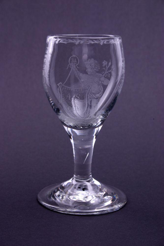Wijnglas met gegraveerd schild met een monogram