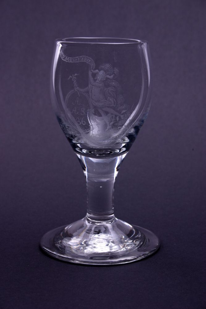 Wijnglas met een gegraveerd schild met een monogram