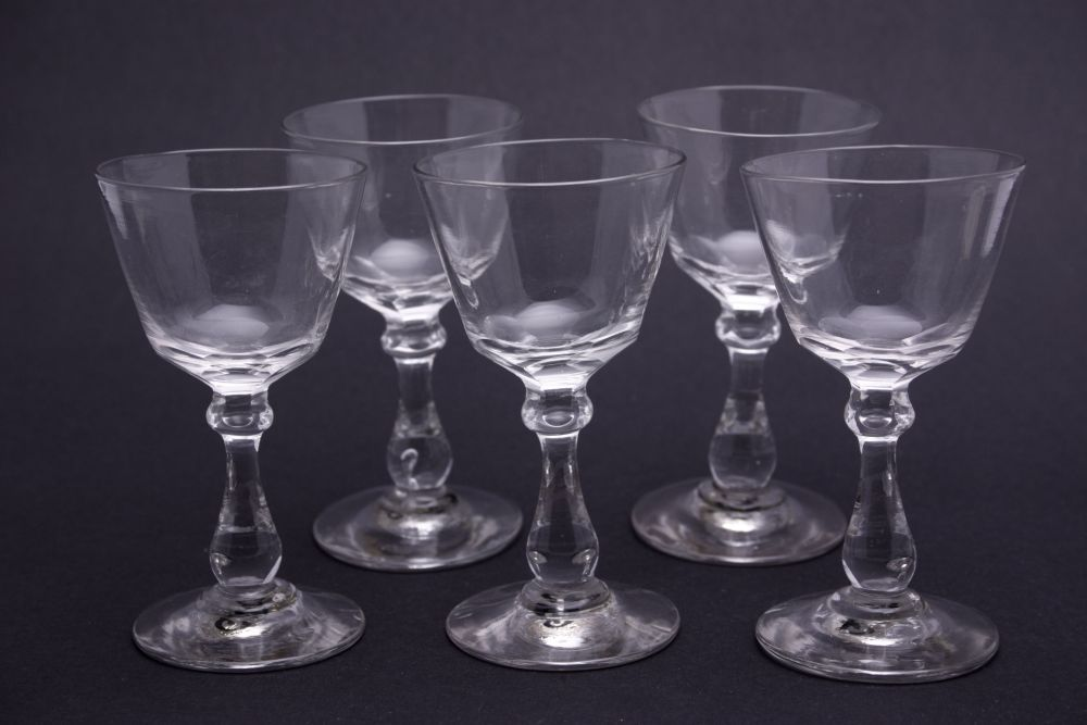 Vijf glaasjes met een geslepen decoratie