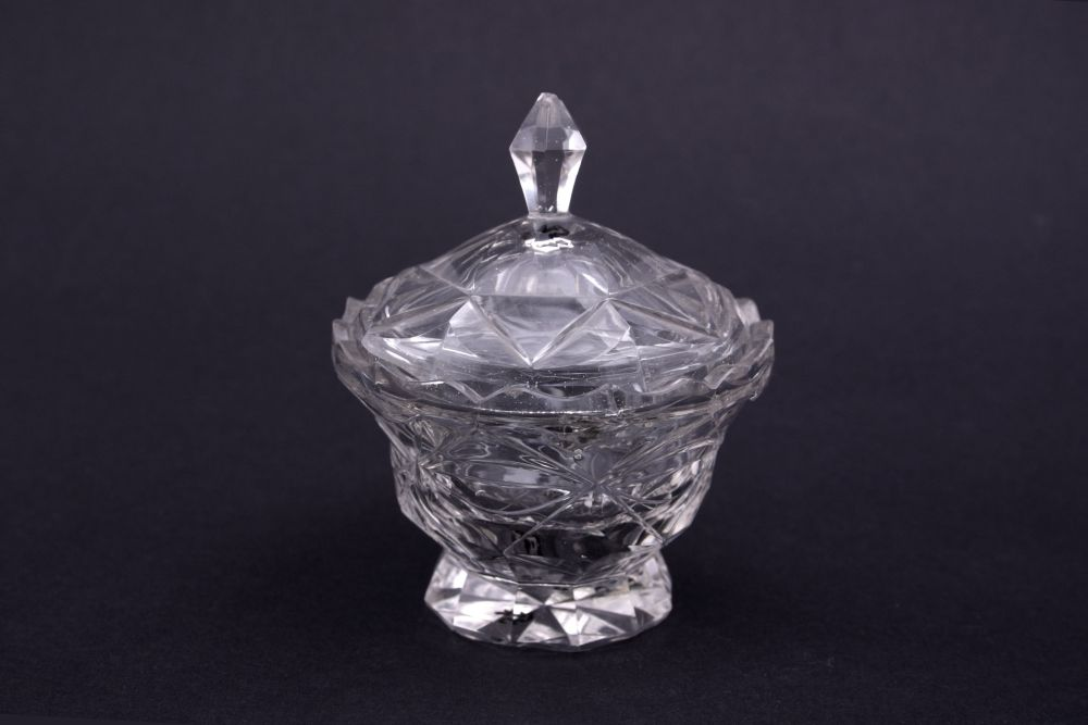 Compoteschaal van geslepen glas