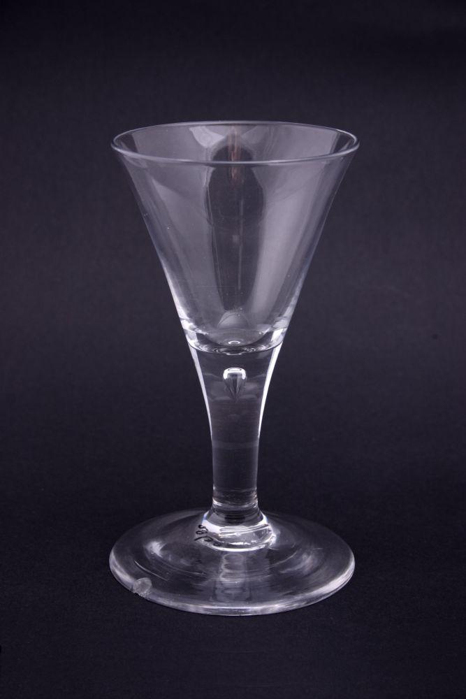 Glas met een druppel in de steel