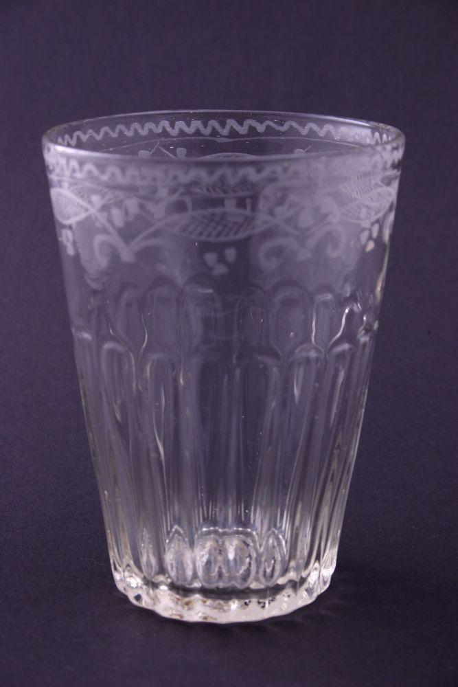 Glas met gegraveerde decoratie