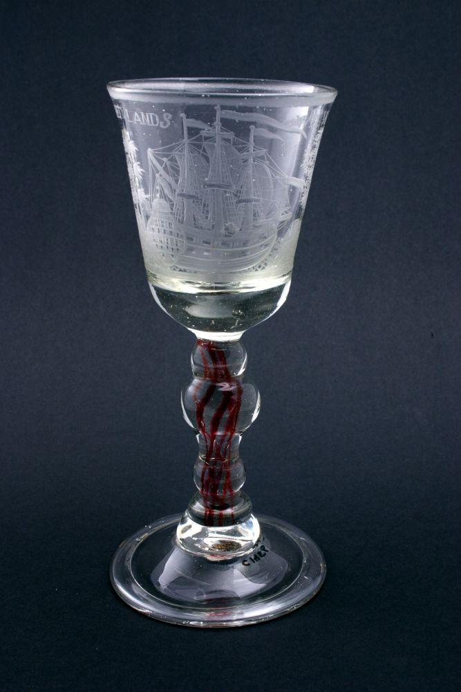 Wijnglas met gegraveerde voorstelling van een schip