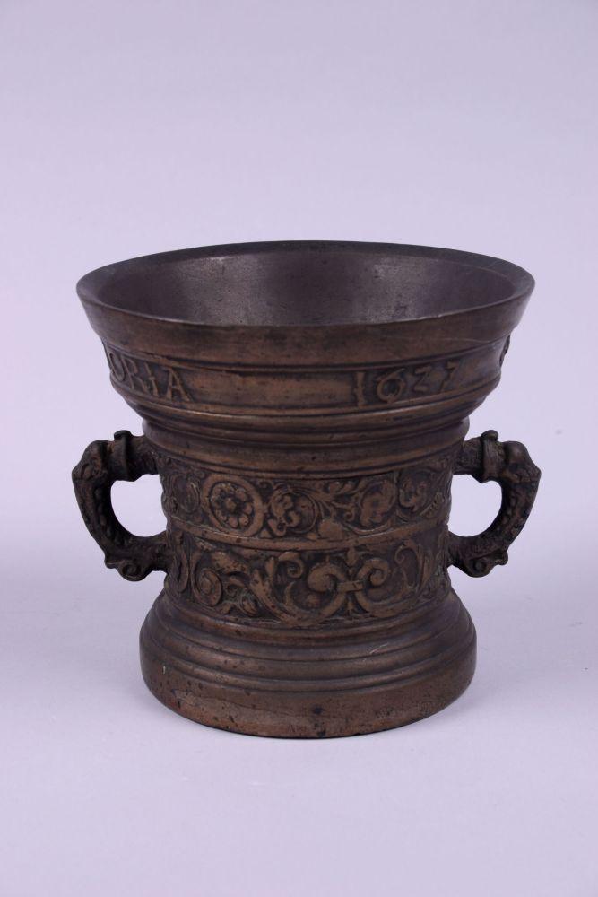 Bronzen vijzel met decor in relief