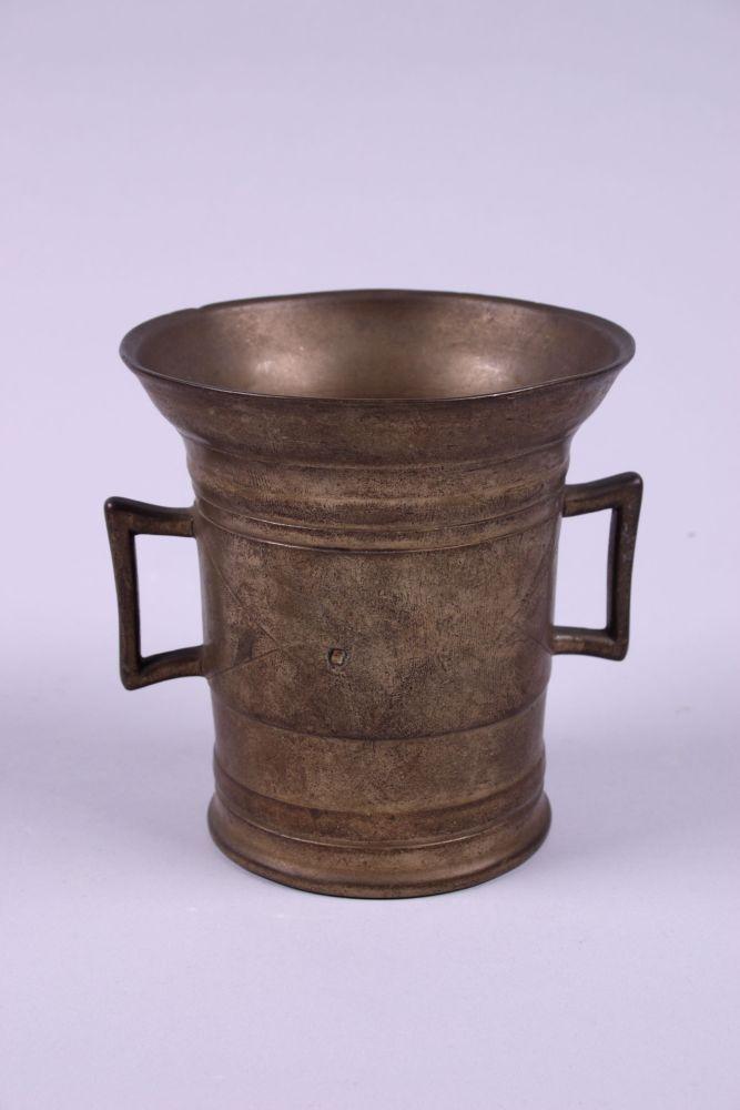 Bronzen vijzel met eenvoudige gravering
