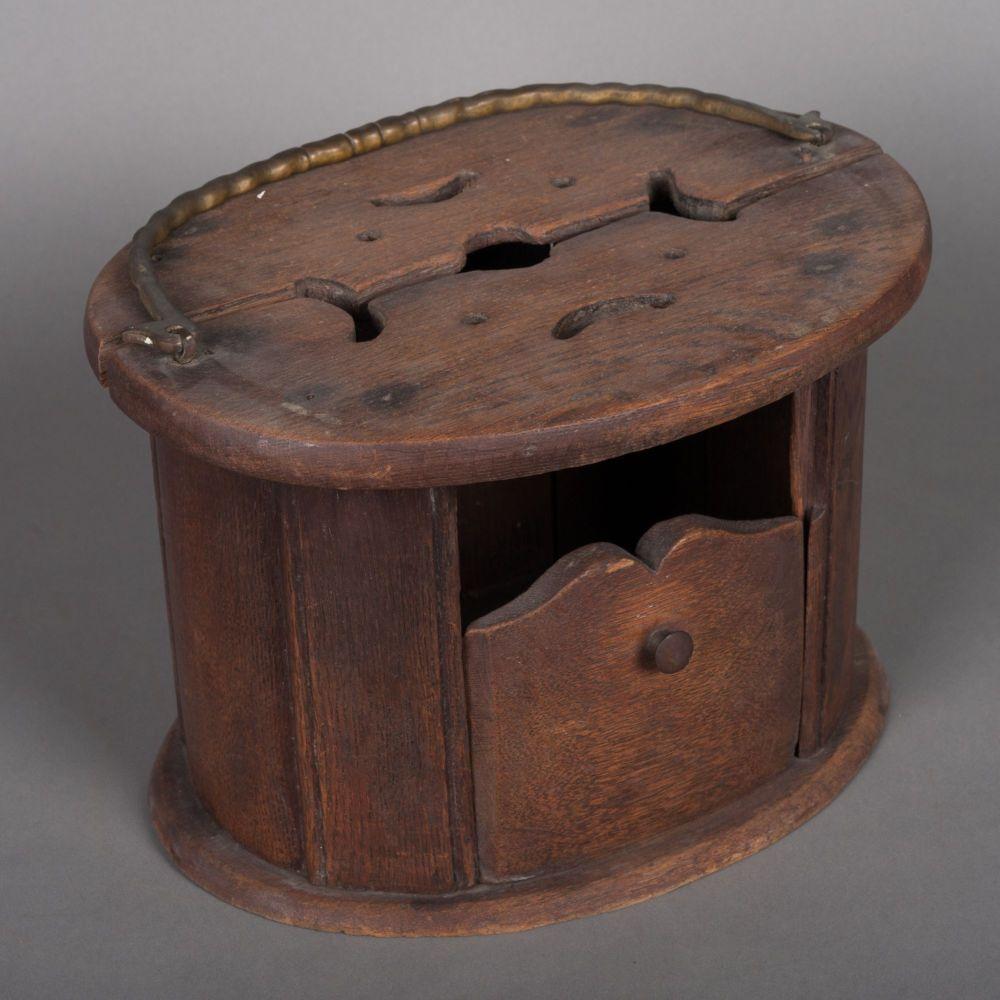 Ovale kerkstoof met koperen hengsel