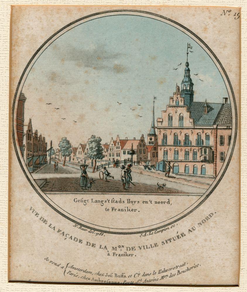 Ets in kleur van een stadsgezicht in Franeker met het Raadhuis en de Groenmarkt door Nicolaas Baur en Joseph-Alexandre le Campion