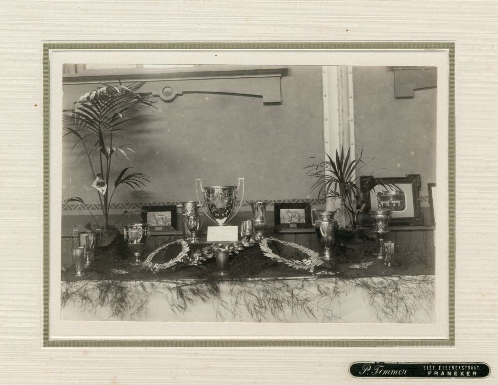 Foto in zwart-wit van een tentoonstelling van prijzen door P. Timmer