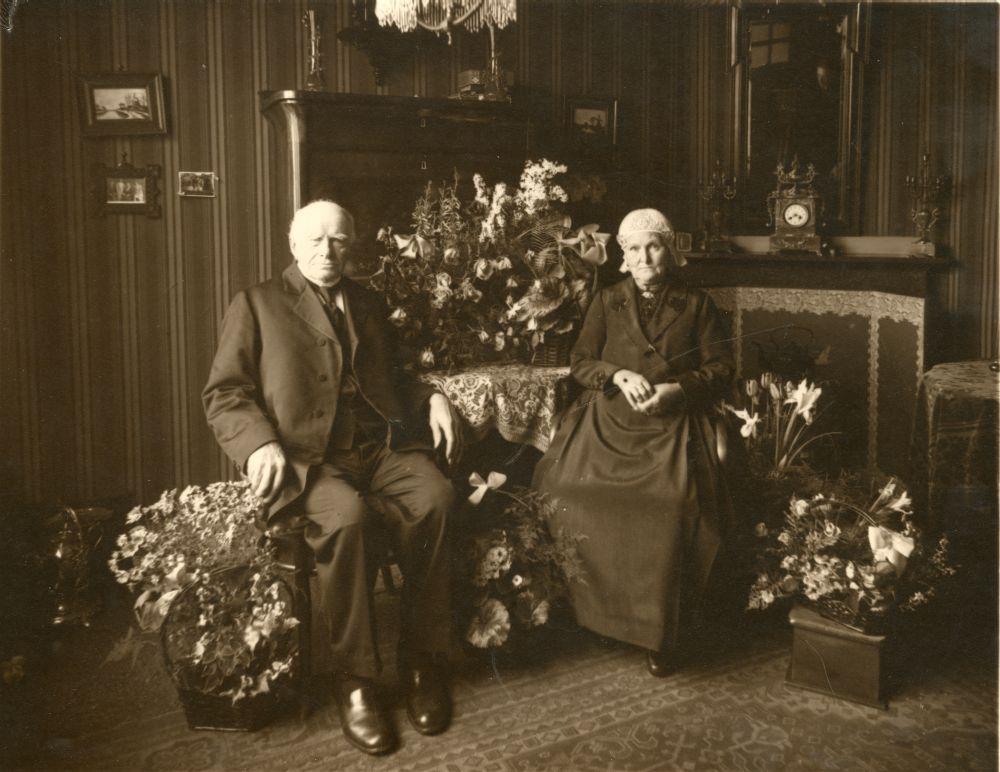 Foto in zwart-wit van een oude dame en heer in een kamer door Hommema