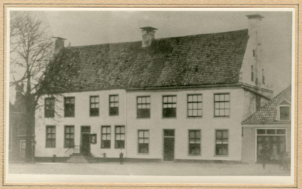 Foto in zwart-wit van het Dekemahuis in Franeker