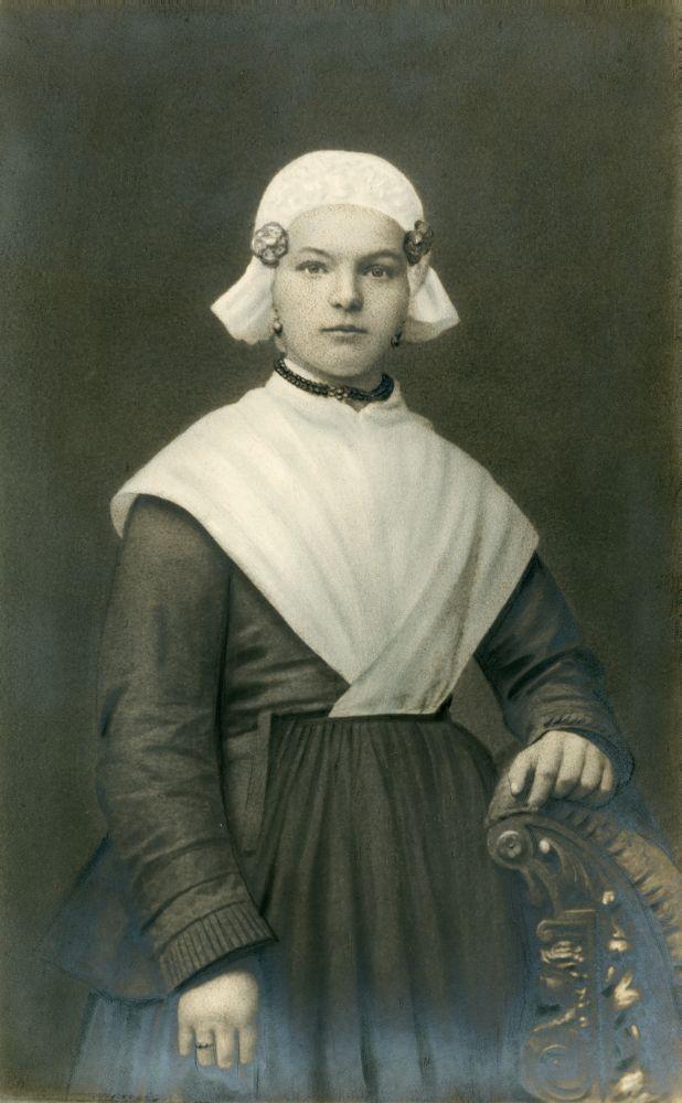 Foto in zwart-wit van een meisje in Fries kostuum