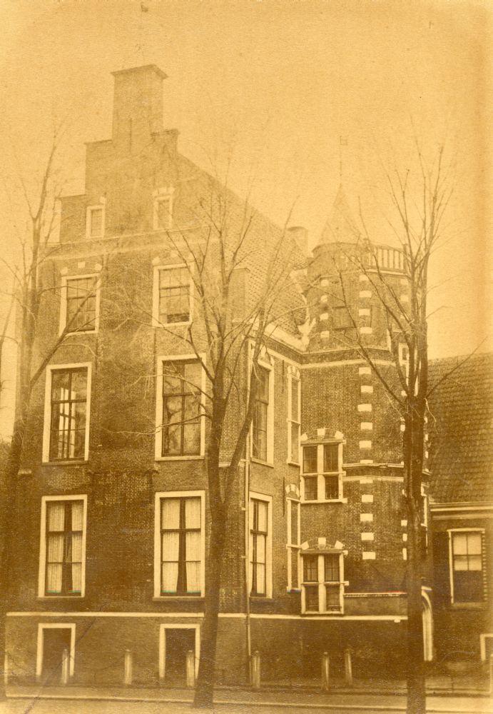 Foto in sepia van het voormalige Ockingahuis aan de Voorstraat in Franeker door A. Visser Jz.