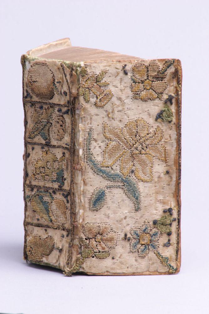 Het Nieuwe Testament met een door Anna Maria van Schurman geborduurde boekband.