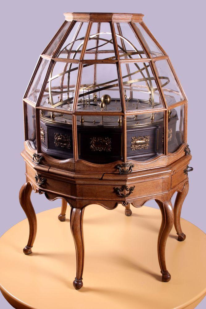 Beweegbaar planetarium in glazen kast