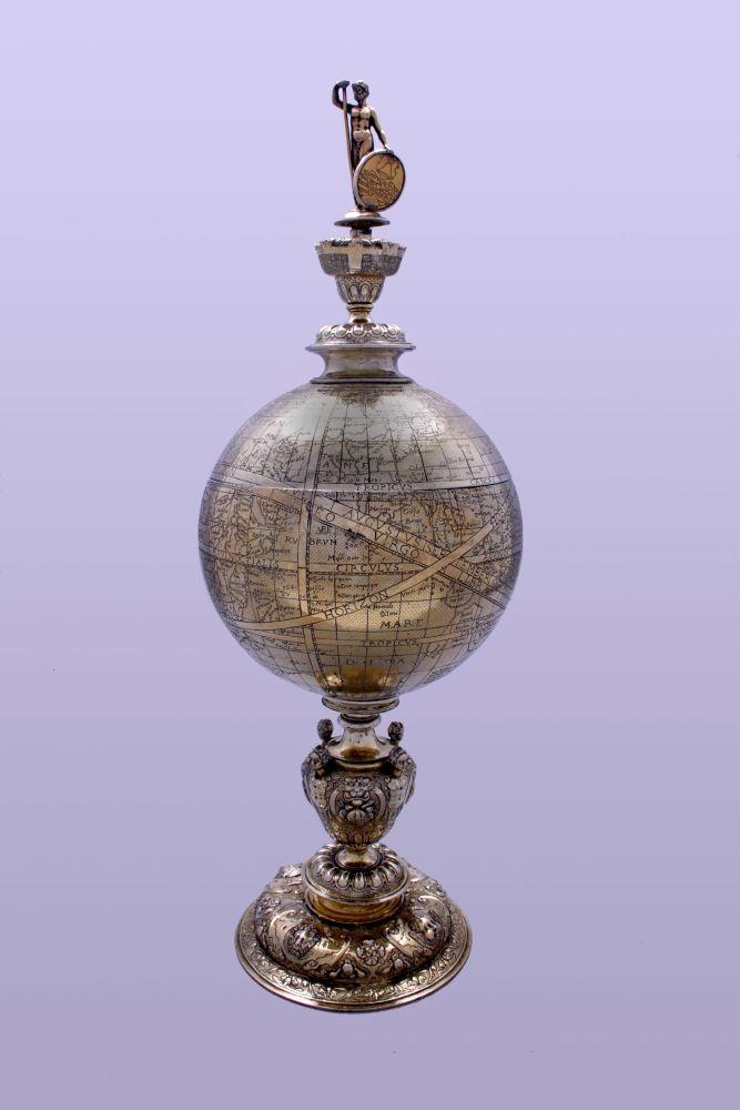 Zilveren beker in de vorm van een globe