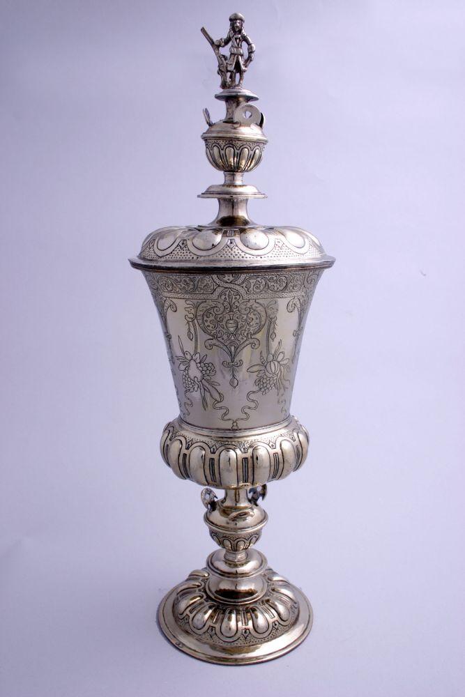 Zilveren dekselbokaal door Jan Douwes