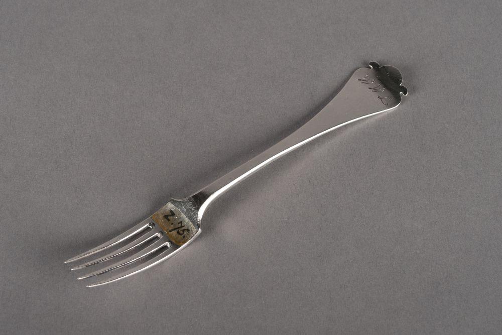 Zilveren vork met uitlopende steel