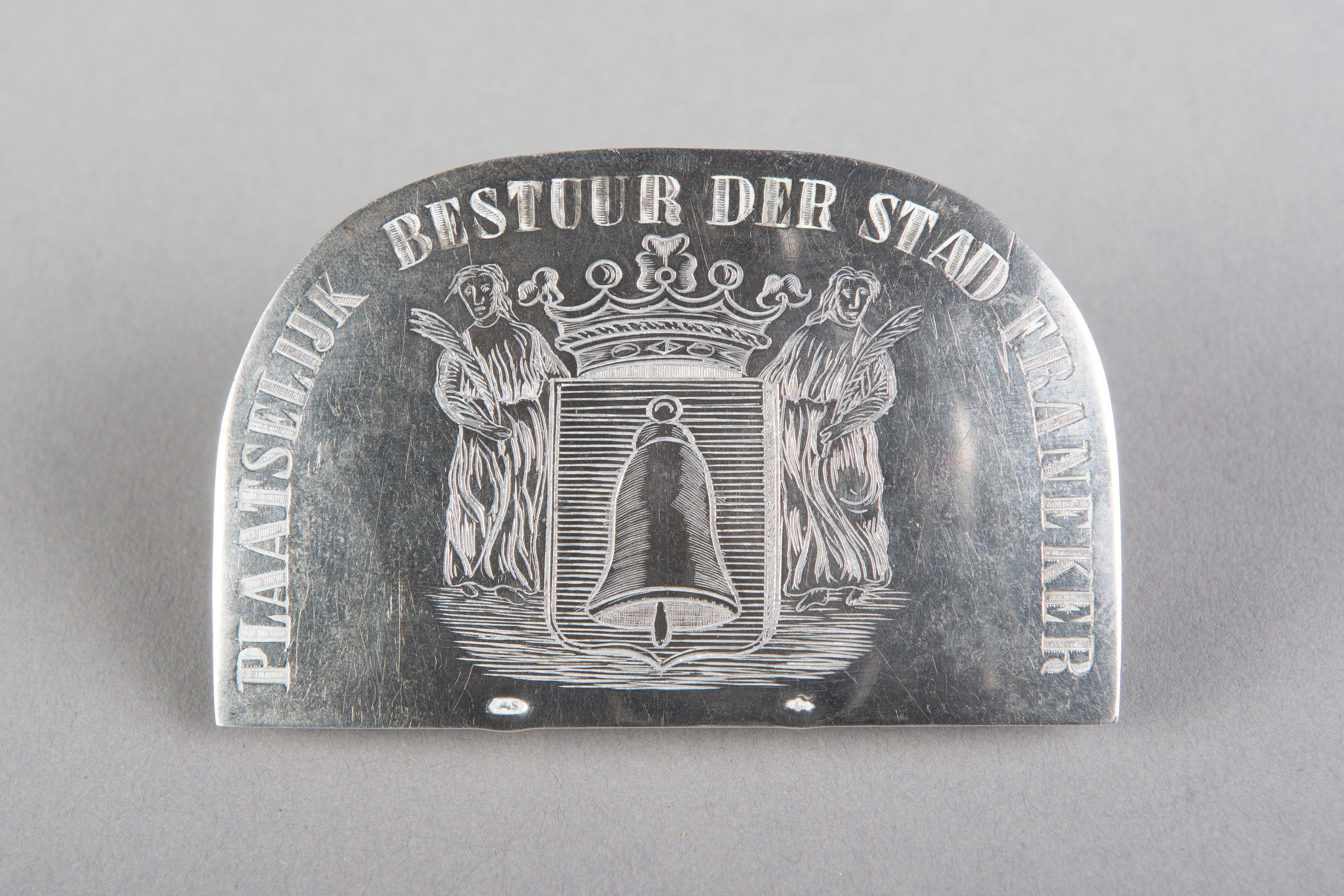 Zilveren insigne met wapen van Franeker door J.M. Steyger