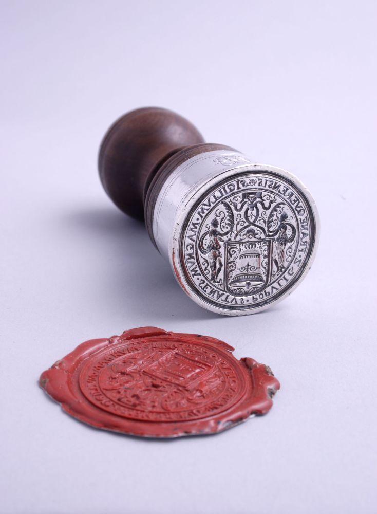Zilveren zegelstempel met houten handvat door Quintijn