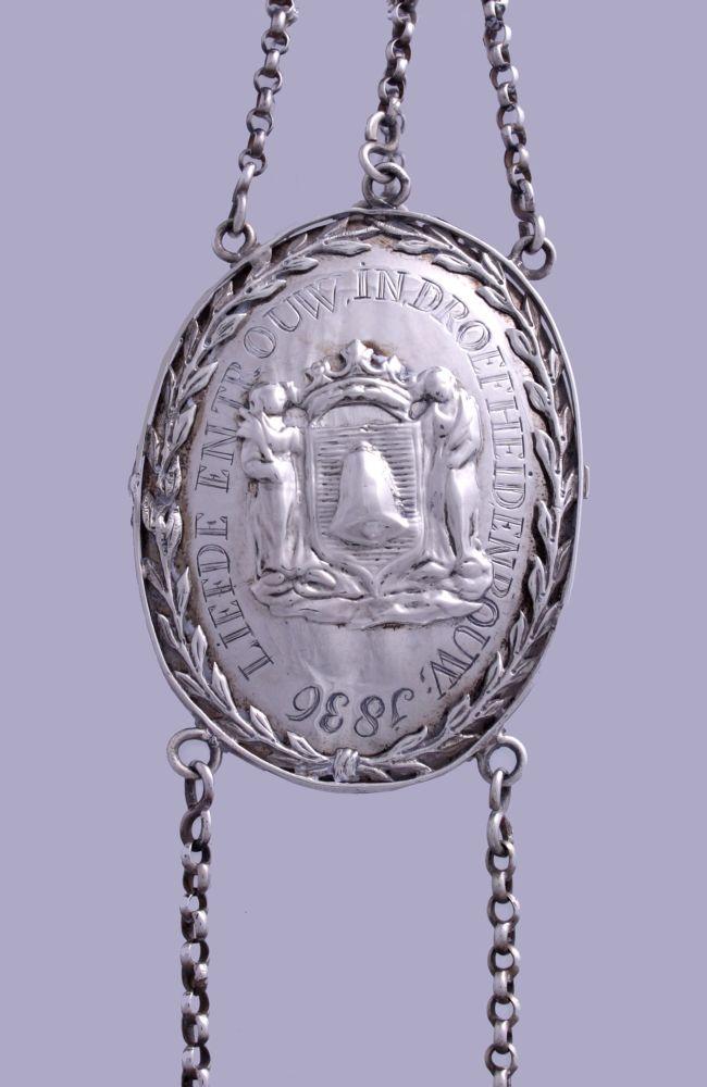 Zilveren bodebus van de Franeker Burger Begrafenisvereniging door H. van der Zee