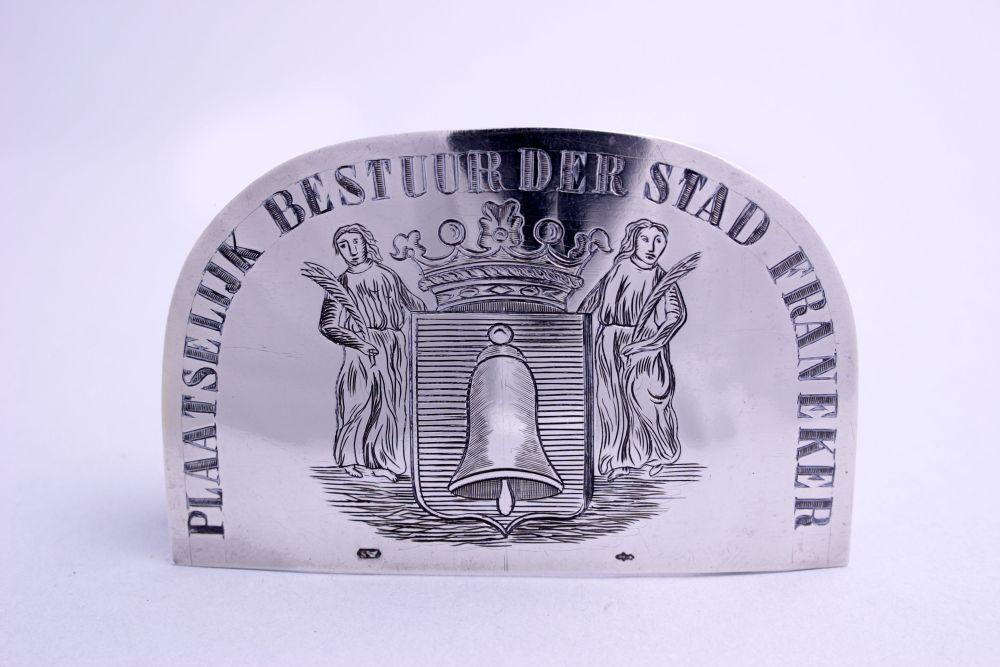 Zilveren insigne met Franeker wapen door J.M. Steyger