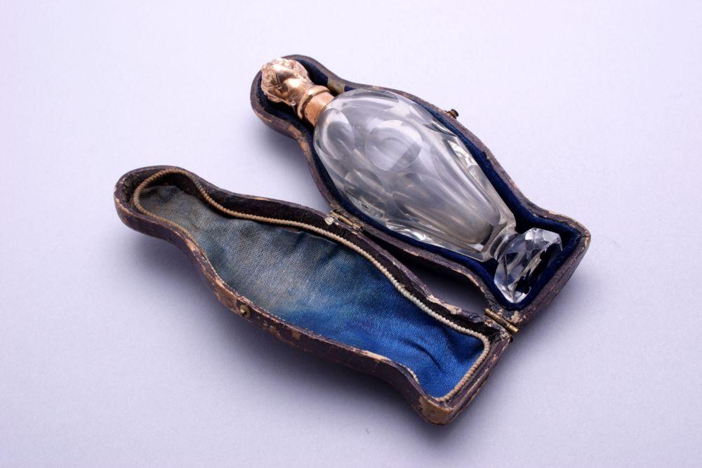 Kristallen odeurflesje met gouden dop