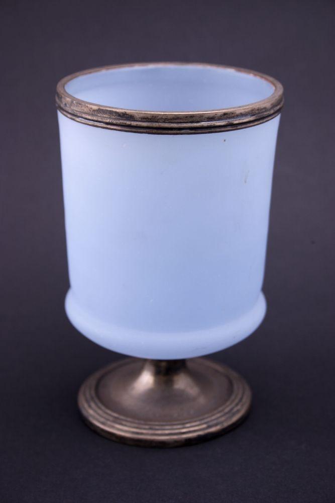 Opaalglazen beker met zilveren rand en voet met opschrift