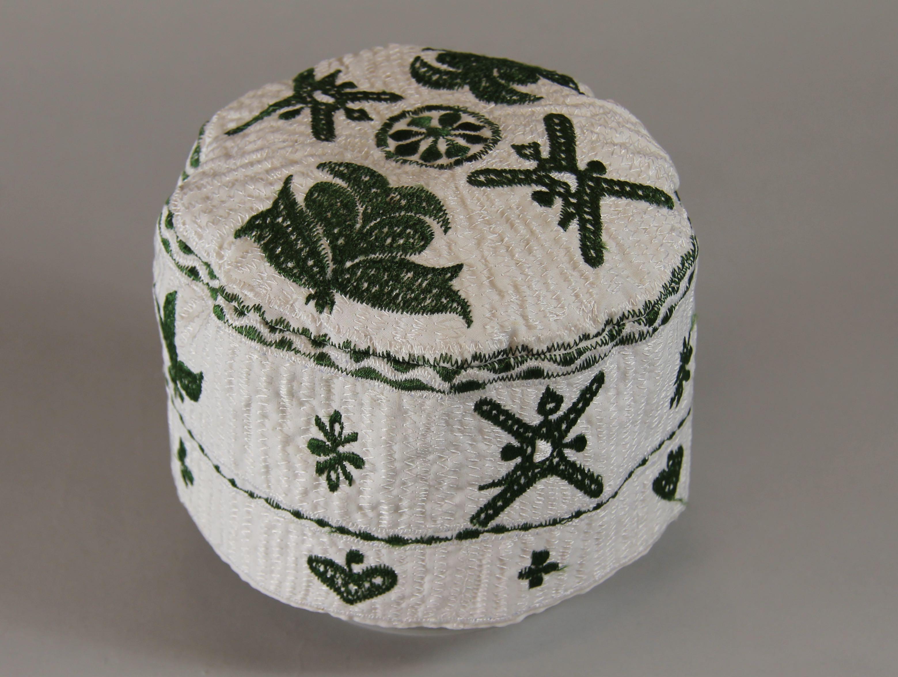 Machine-embroidered cap