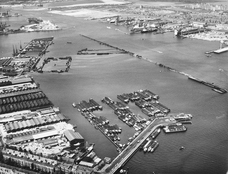 Luchtfoto van de Houthaven te Amsterdam. [...]