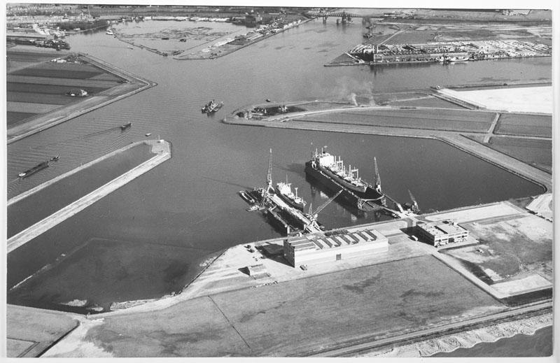 Luchtfoto van de nieuwe reparatiewerf van de ADM aan de Westhaven, met een vrachtschip in het droogdok. [...]